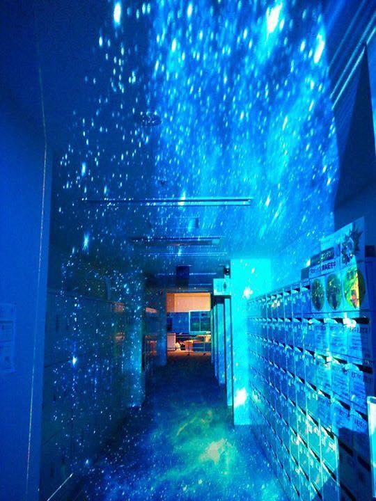 廊下がまるで宇宙空間!